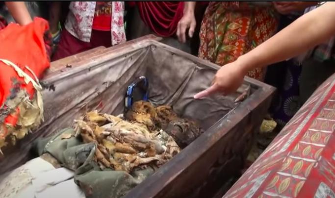 Lo Que Hacen En Indonesia Con Sus Muertos Es Impactante, La Tradición Más Extraña.